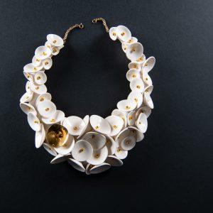 Colier alb cu palnii-bijuterie-raluca-buzura
